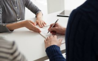 Quelles informations doit contenir un contrat d'assurance moto?