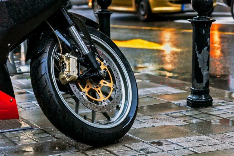 Moto ou scooter: rouler par temps de pluie