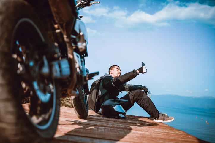Quels sont les avantages à se tourner vers la location de moto?