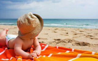 Tout ce qu'il faut savoir avant de baigner un bébé en mer