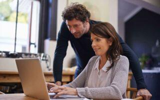 En couple et salarié: les conjoints doivent-ils cumuler deux mutuelles obligatoires?