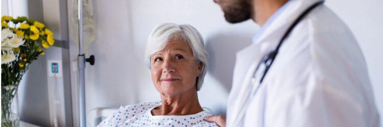 Femme âgée hospitalisée et son docteur