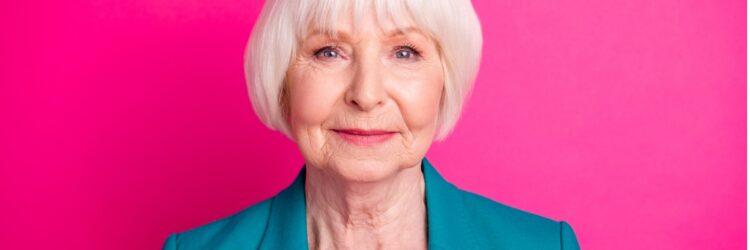 femme âgée sur fond rose