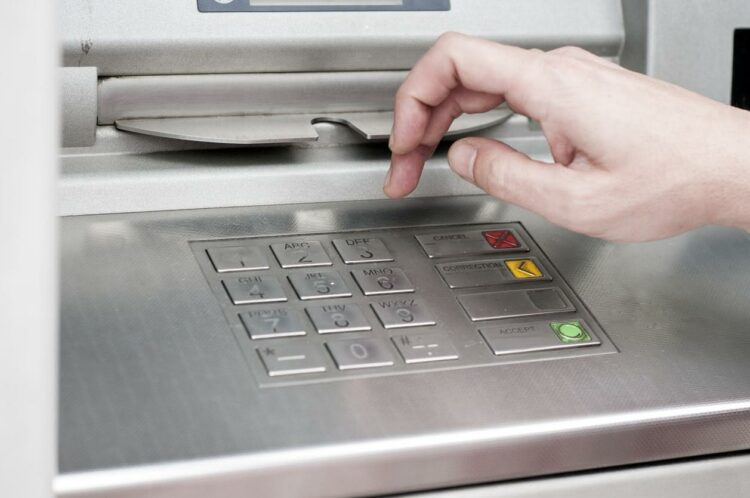 Frais bancaires: un client en difficulté paye 296 euros par an