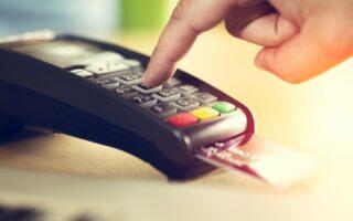 Frais bancaires: payer à l'étranger coûte 2 milliards d'euros par an aux Français