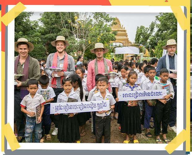 Evento en un pueblo de Camboya en la ceremonia floral de los libros con los fundadores de Librio