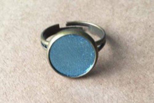 BRONZEN ring met licht blauw leer.