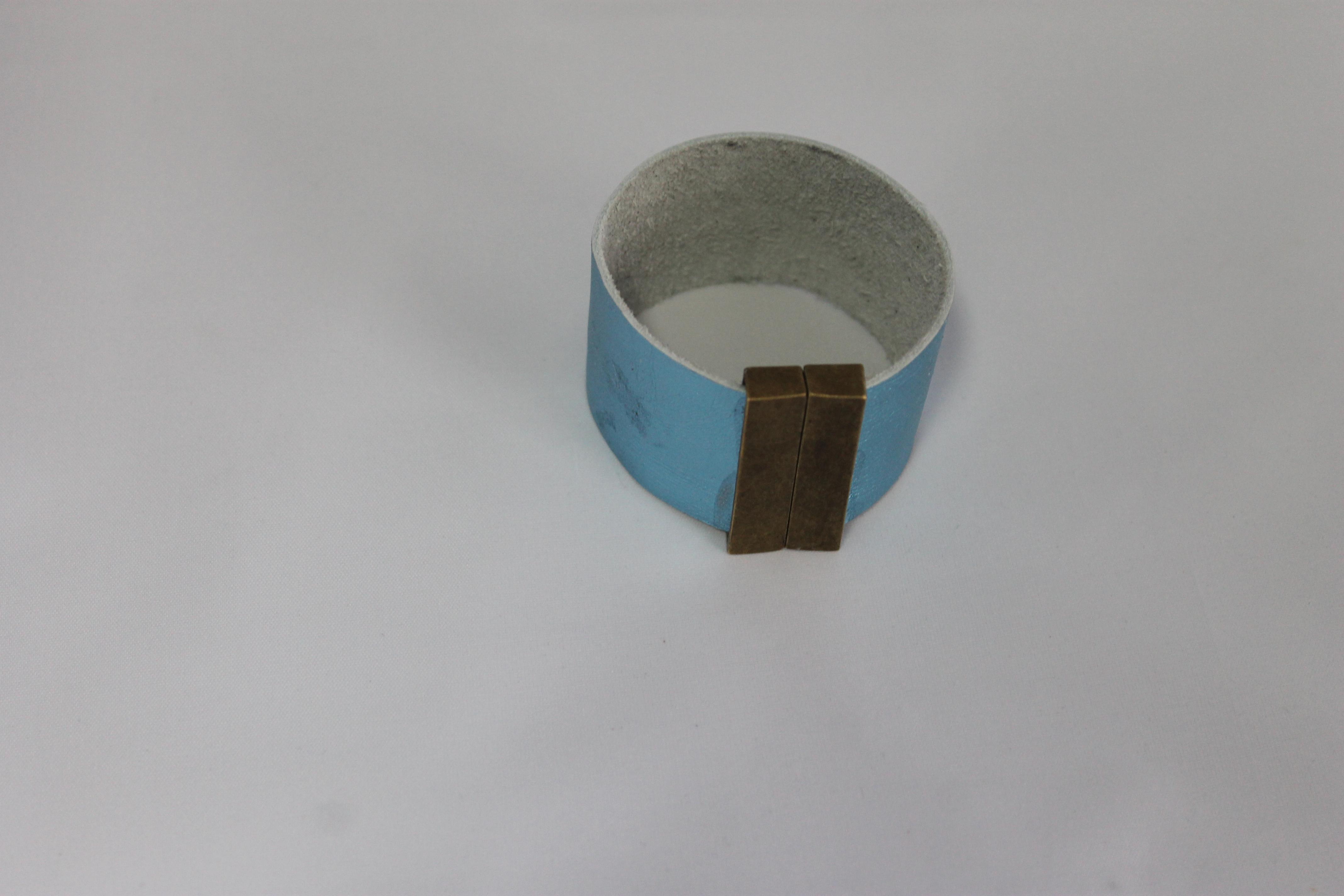 licht blauwe lederen armband 4cm- magnetische sluiting