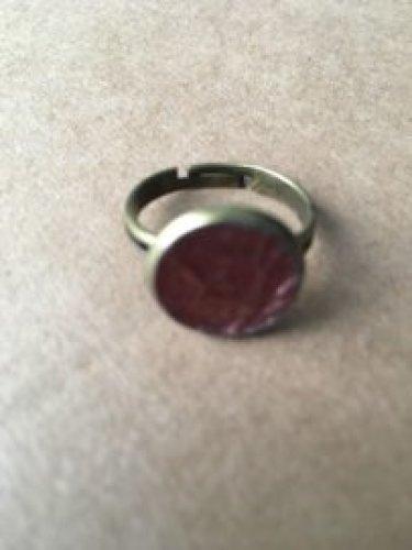 BRONZEn ring met paars leer.