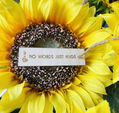Houten bloemenkaartje: no words just hugs