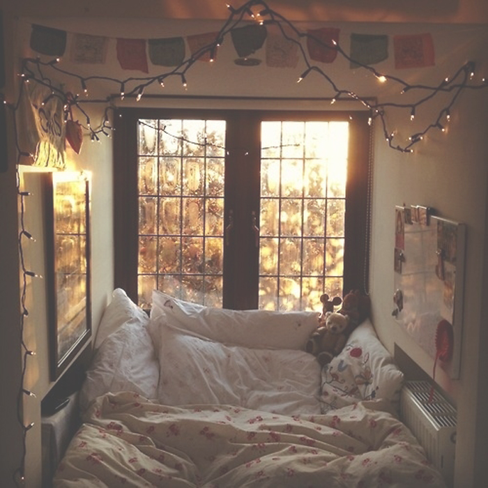 cozy-bed-nook-space-bed-bedroom-strand-hanging-lights