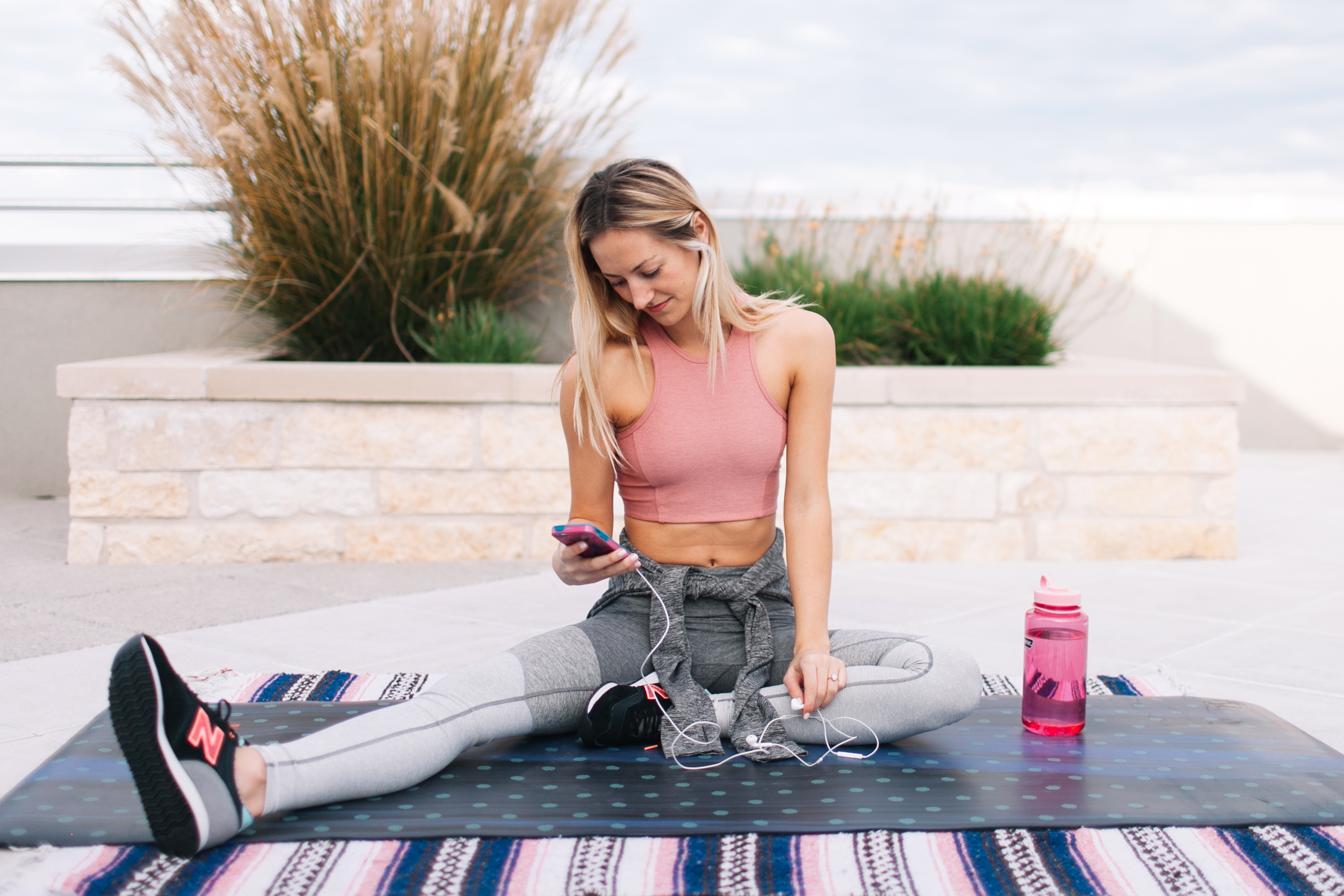 livvyland-blog-olivia-watson-kayla-snell-photography-new-balance-cw620-sneakers-outdoor-voices-athena-crop-top-gradient-leggings-catch-me-if-you-can-hoodie-austin-texas-fashion-fitness-blogger-7