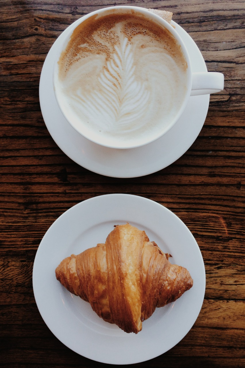 coffee-latte-croissant-coffeehouse