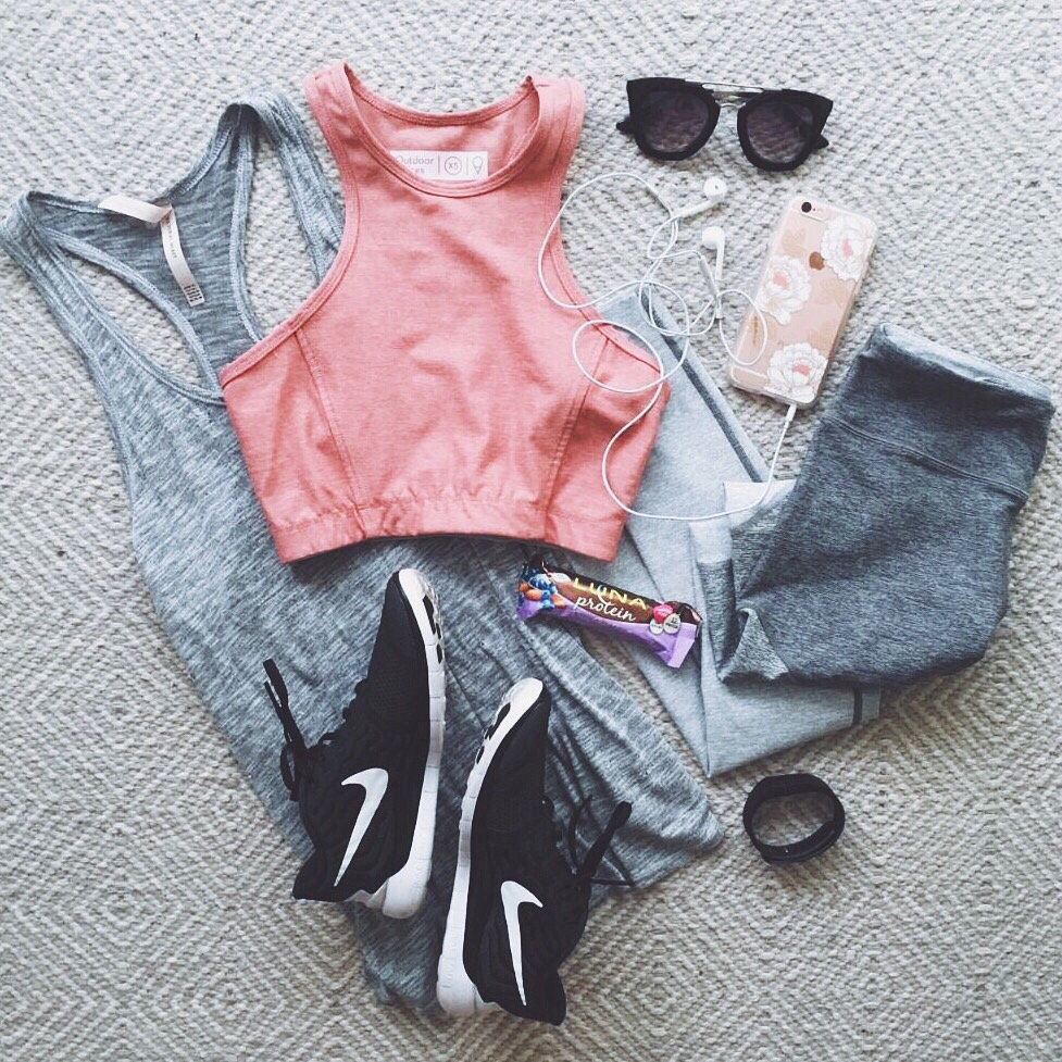 livvyland-blog-olivia-watson-austin-texas-fashion-blogger-workout-outfit-outdoor-voices-blush-pink-sports-bra-crop-top