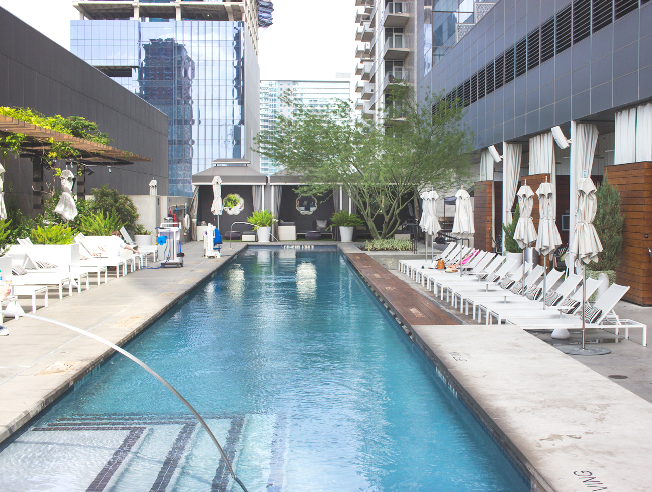 livvyland-blog-olivia-watson-vandi-fair-w-hotel-atx-staycation-stay-cation-austin-texas-fashion-travel-blogger-hotel-reviwe-wet-deck-pool-party-swanky-rooftop-2