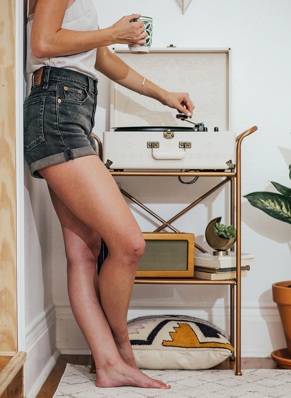 livvyland-blog-olivia-watson-austin-texas-fashion-blogger-urban-outfitters-record-player-nook-room-setup-holder-interior-boho-style-levis-wedgie-shorts-1