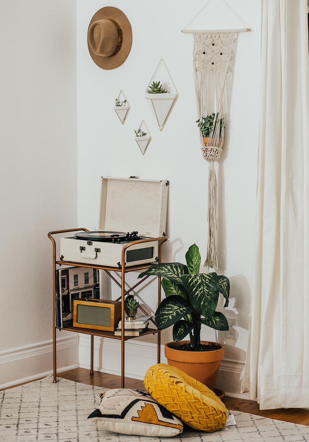 livvyland-blog-olivia-watson-austin-texas-fashion-blogger-urban-outfitters-record-player-nook-room-setup-holder-interior-boho-style-levis-wedgie-shorts-10