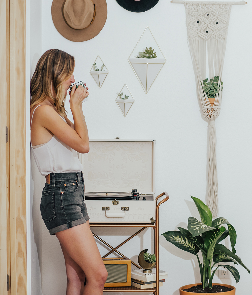 livvyland-blog-olivia-watson-austin-texas-fashion-blogger-urban-outfitters-record-player-nook-room-setup-holder-interior-boho-style-levis-wedgie-shorts-5