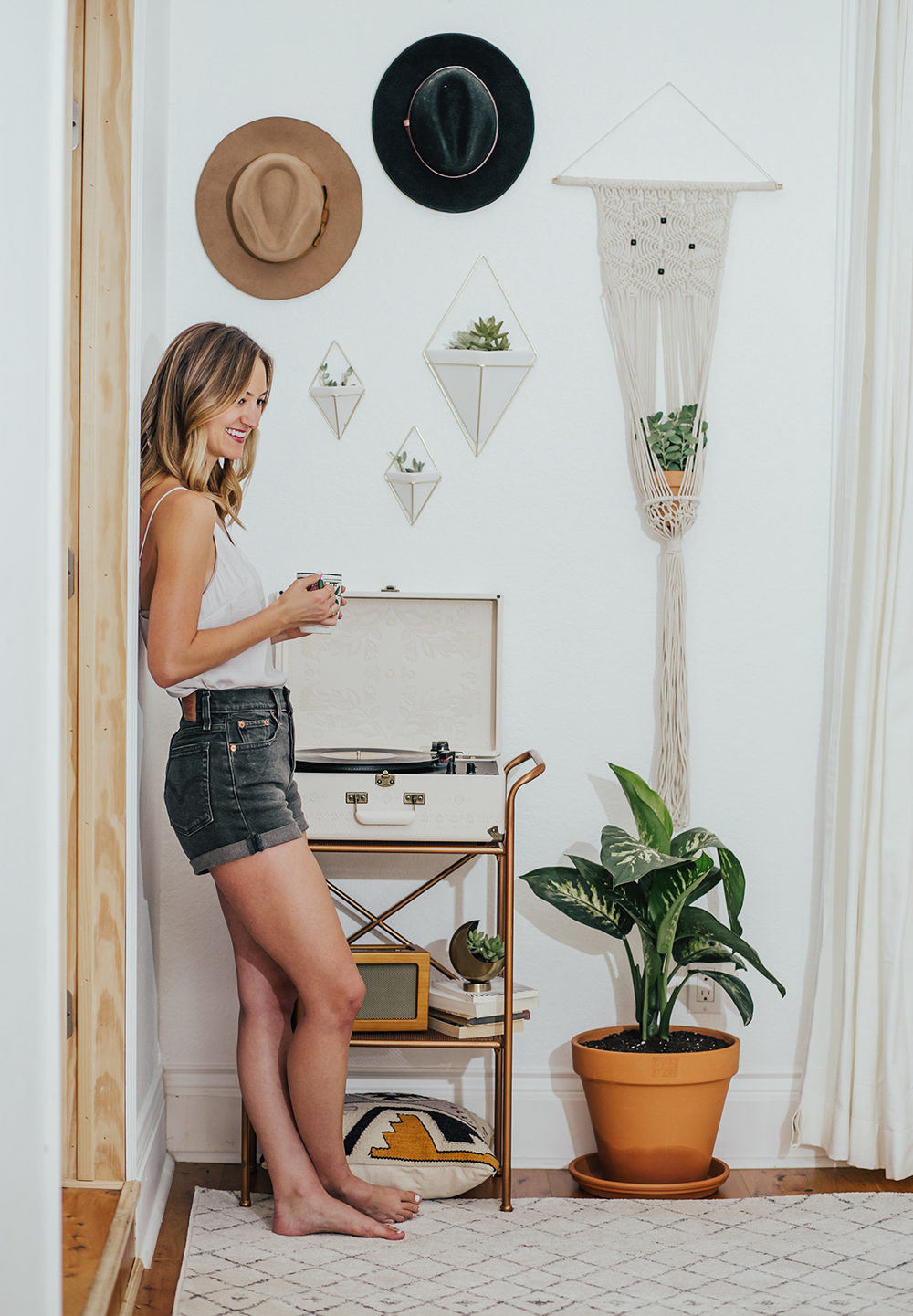 livvyland-blog-olivia-watson-austin-texas-fashion-blogger-urban-outfitters-record-player-nook-room-setup-holder-interior-boho-style-levis-wedgie-shorts-6
