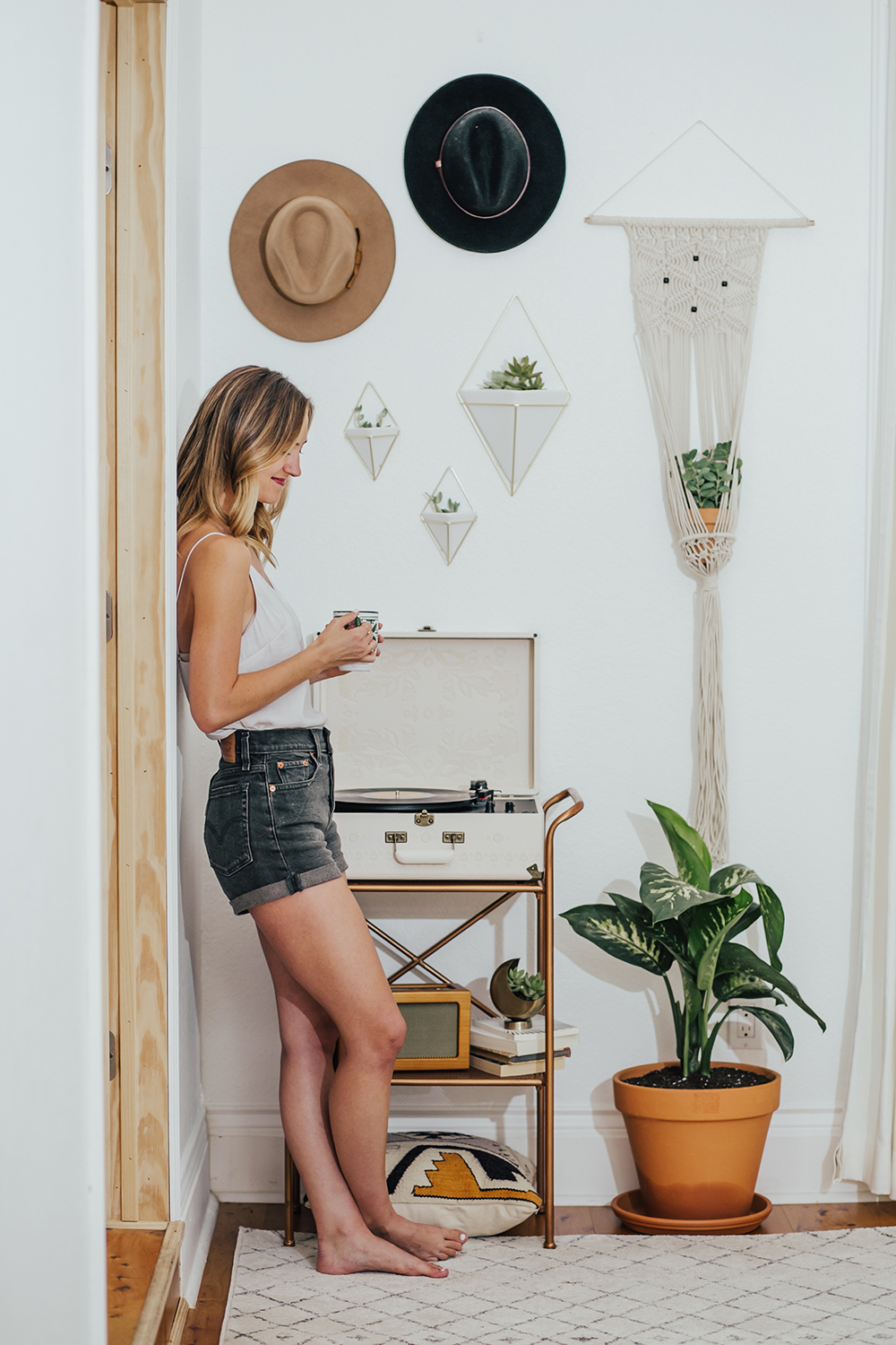 livvyland-blog-olivia-watson-austin-texas-fashion-blogger-urban-outfitters-record-player-nook-room-setup-holder-interior-boho-style-levis-wedgie-shorts-7