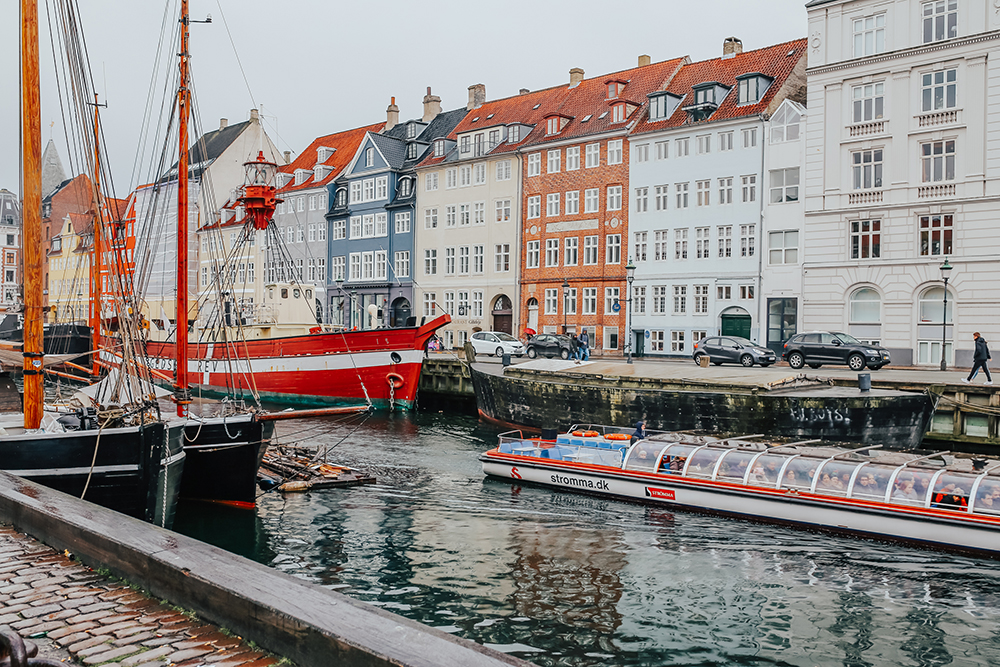 livvyland-blog-olivia-watson-fashion-travel-blogger-princess-cruises-scandinavia-what-to-wear-pack-copenhagen-colorful-buildings-1