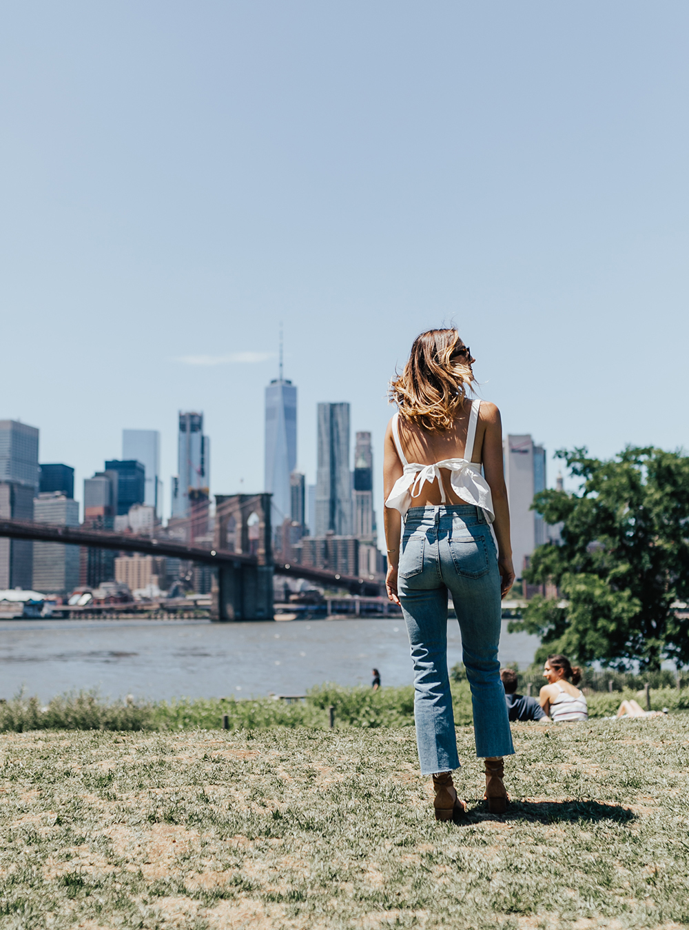 livvyland-blog-olivia-watson-urban-outfitters-open-back-bow-tie-top-mom-jeans-brooklyn-bridge-4