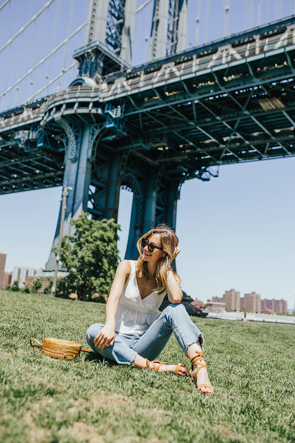 livvyland-blog-olivia-watson-urban-outfitters-open-back-bow-tie-top-mom-jeans-brooklyn-bridge-6