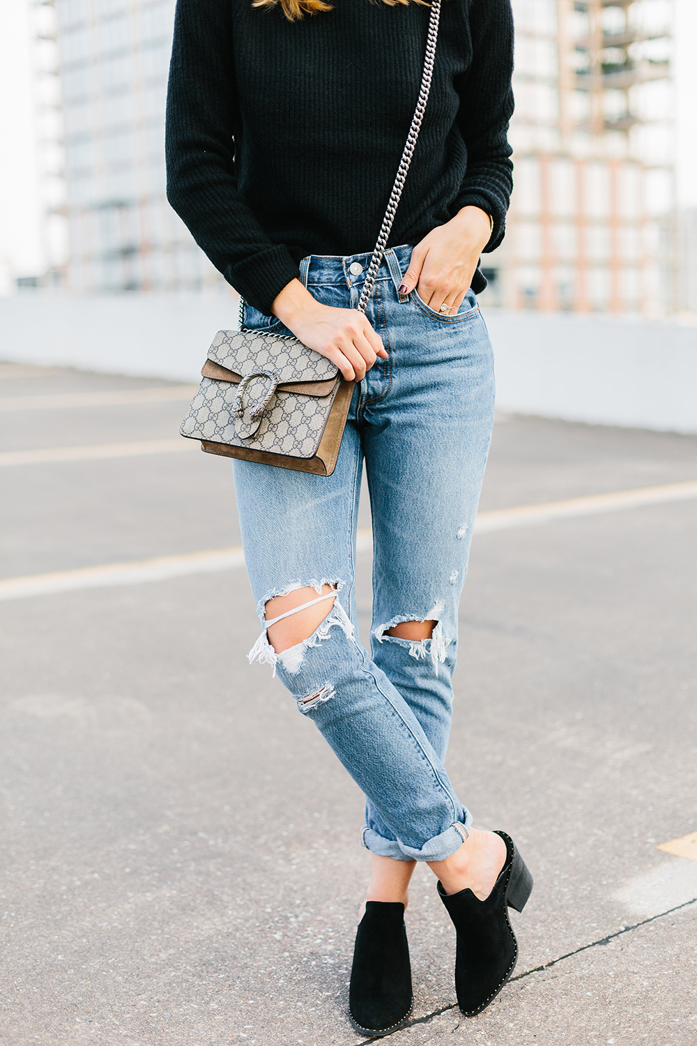 livvyland-blog-olivia-watson-topshop-black-knit-sweater-cozy-slip-on-black-boho-mules-levis-501-2