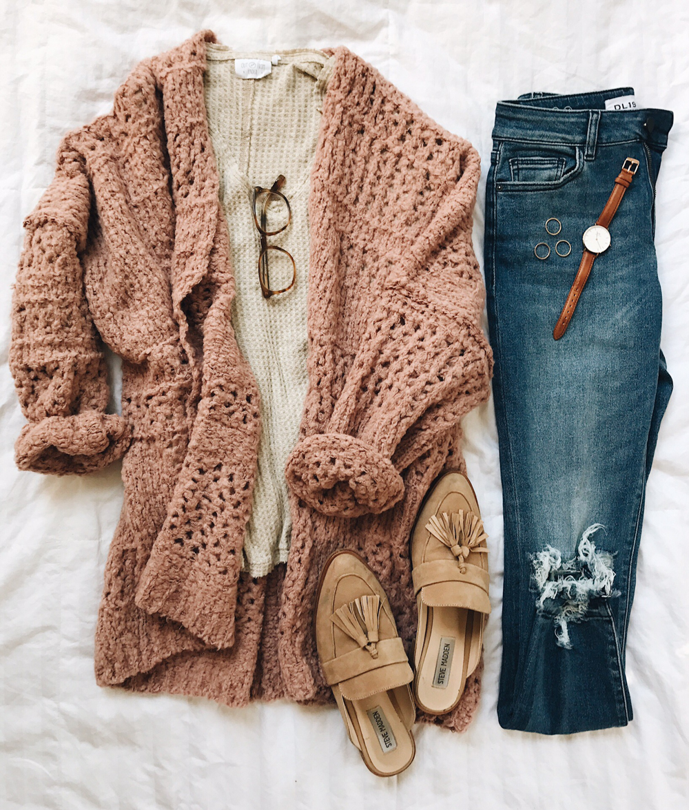 livvyland-blog-olivia-watson-fall-outfit-cozy-idea-blush-pink-cardigan-free-people-tassel-loafer-slide