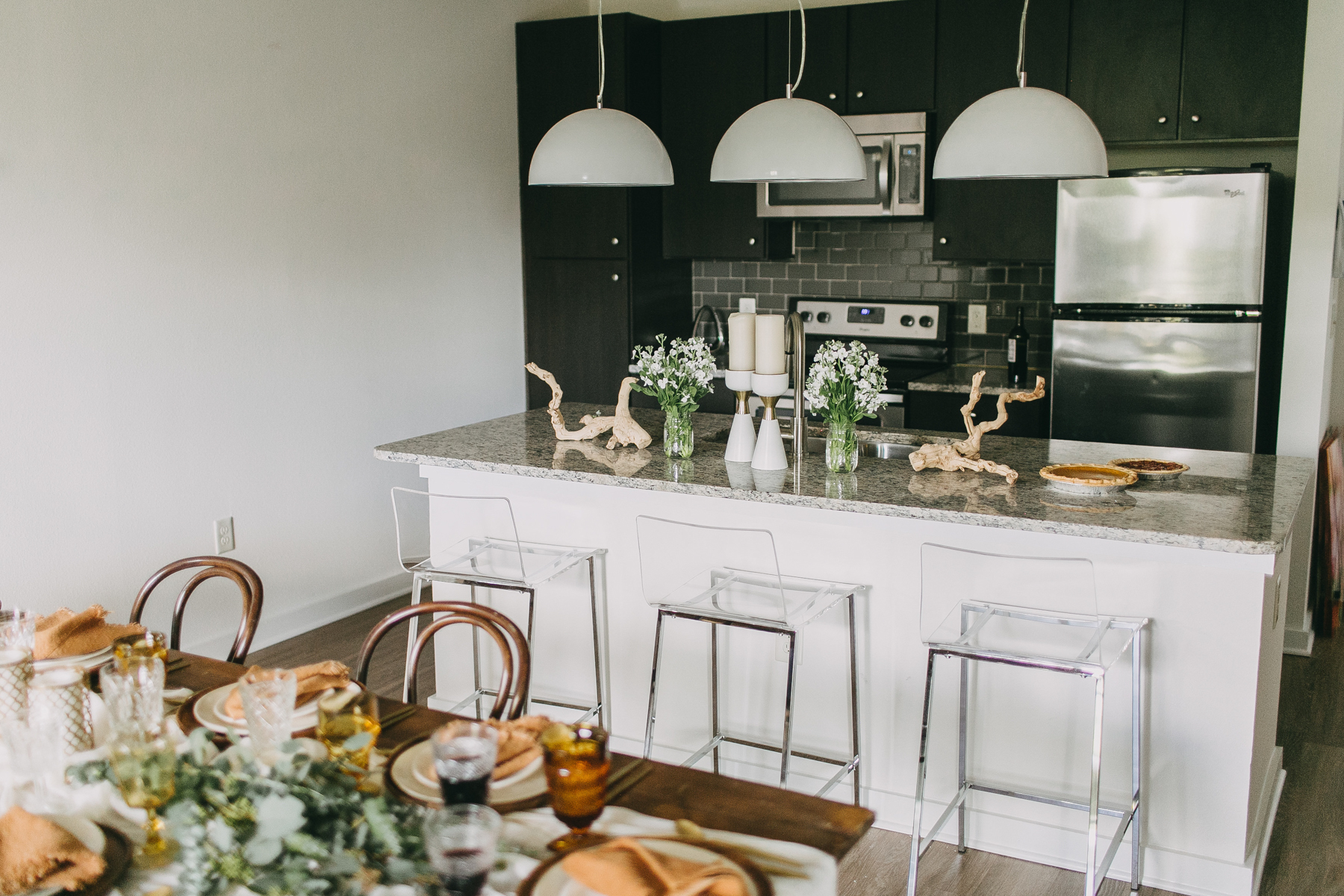 livvyland-blog-olivia-watson-zilkr-condo-loot-vintage-friendsgiving-tablescape-table-setup-idea-15