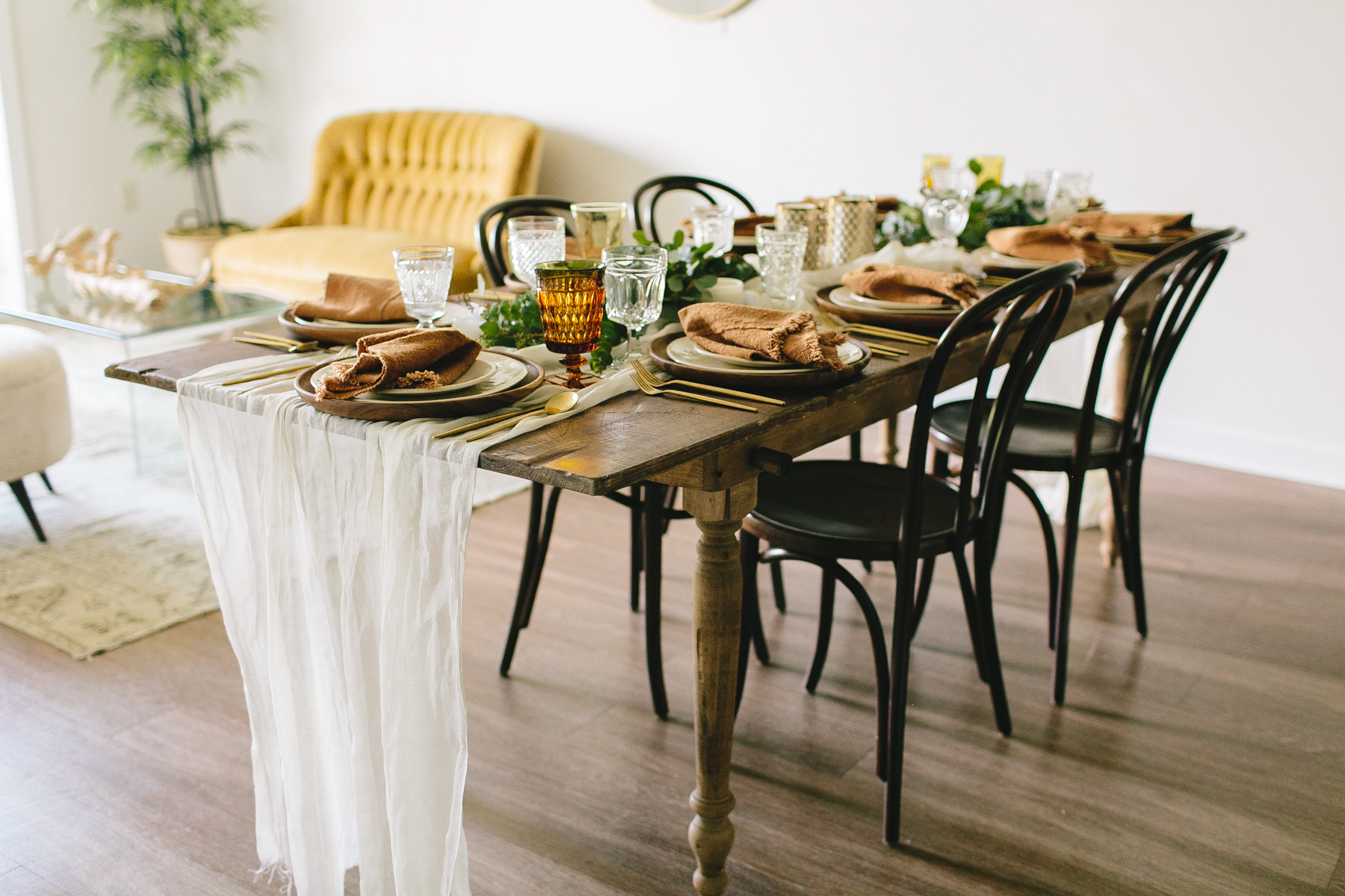 livvyland-blog-olivia-watson-zilkr-condo-loot-vintage-friendsgiving-tablescape-table-setup-idea-6