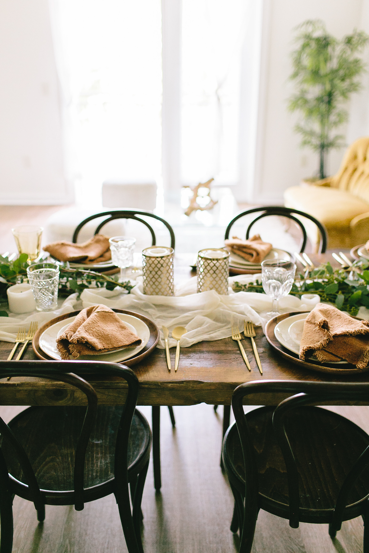 livvyland-blog-olivia-watson-zilkr-condo-loot-vintage-friendsgiving-tablescape-table-setup-idea-8