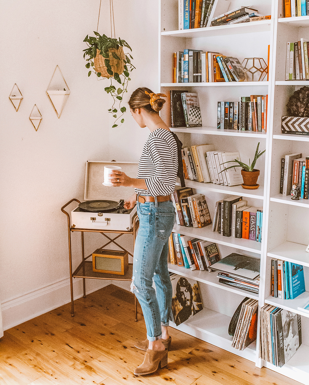 livvyland-blog-olivia-watson-home-decor-billy-ikea-built-in-bookshelves-record-player-cozy-boho-outfit
