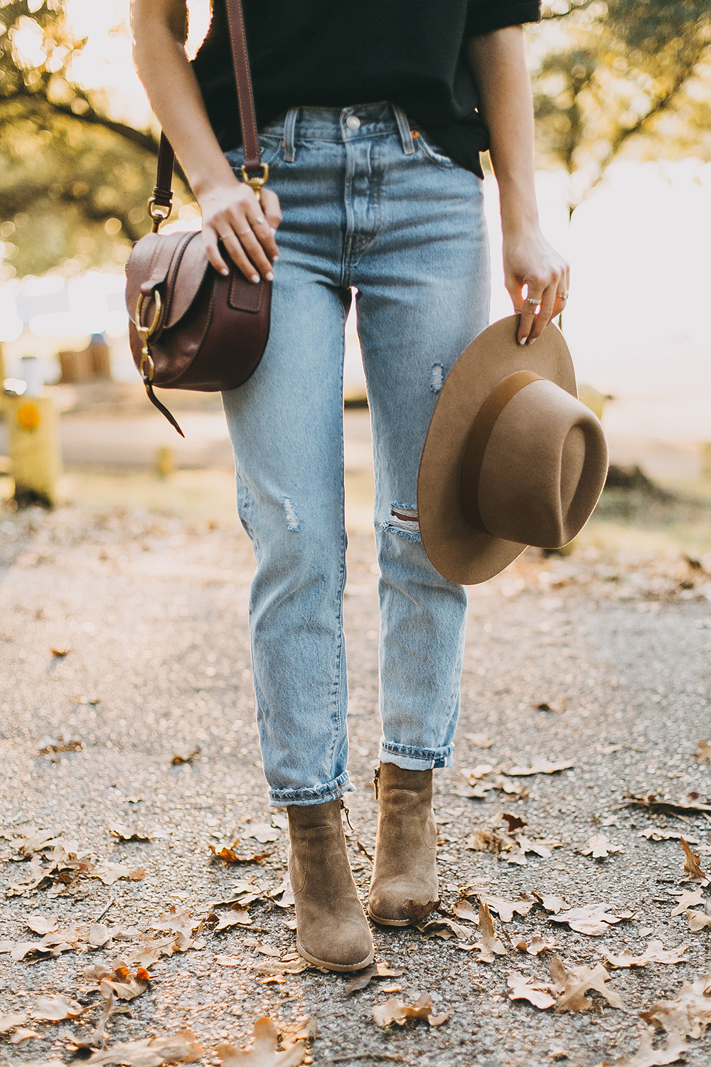 livvyland-blog-olivia-watson-levis-501-jeans-taupe-suede-ankle-booties-fall-outfit-1