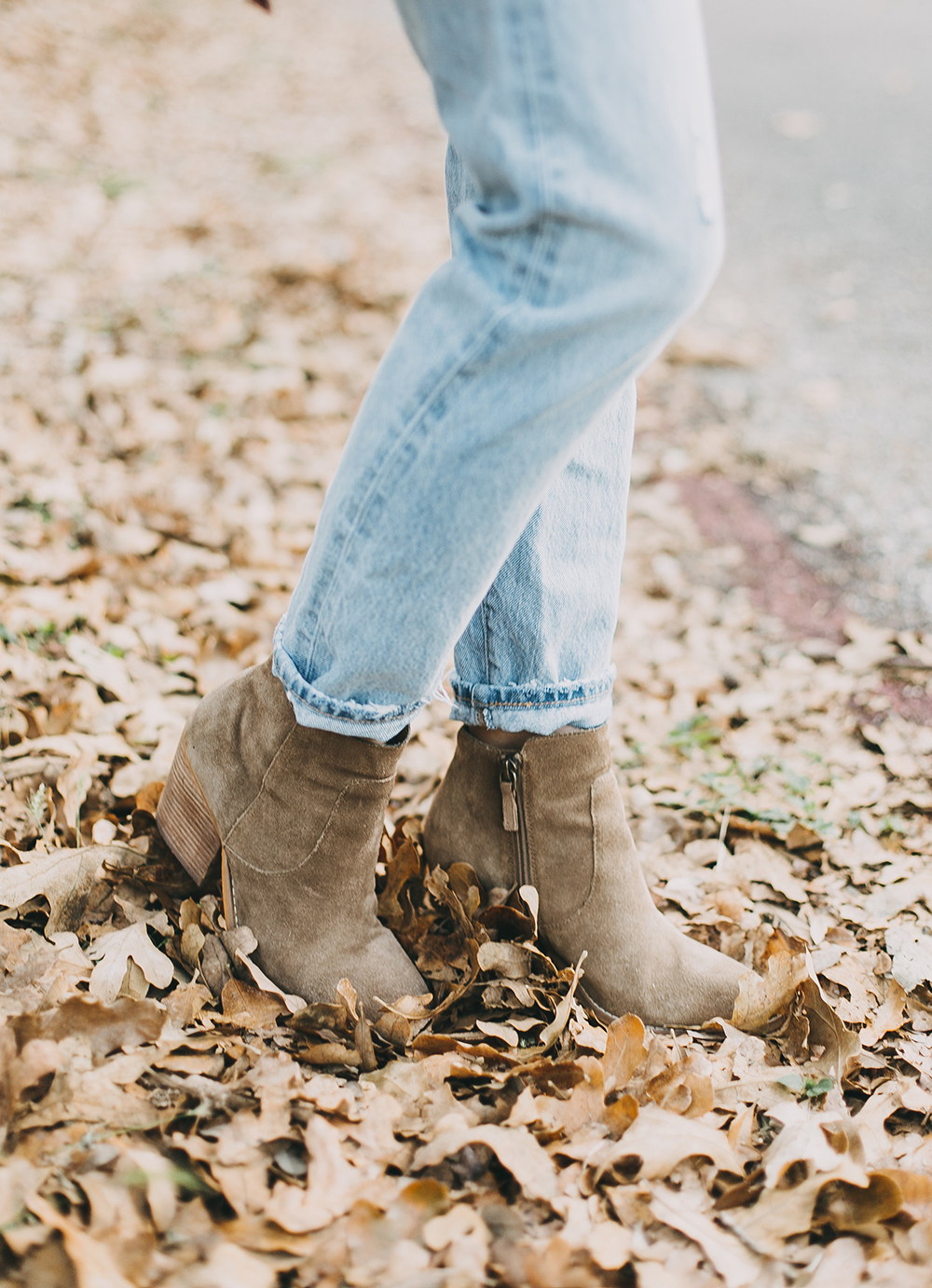 livvyland-blog-olivia-watson-levis-501-jeans-taupe-suede-ankle-booties-fall-outfit-5