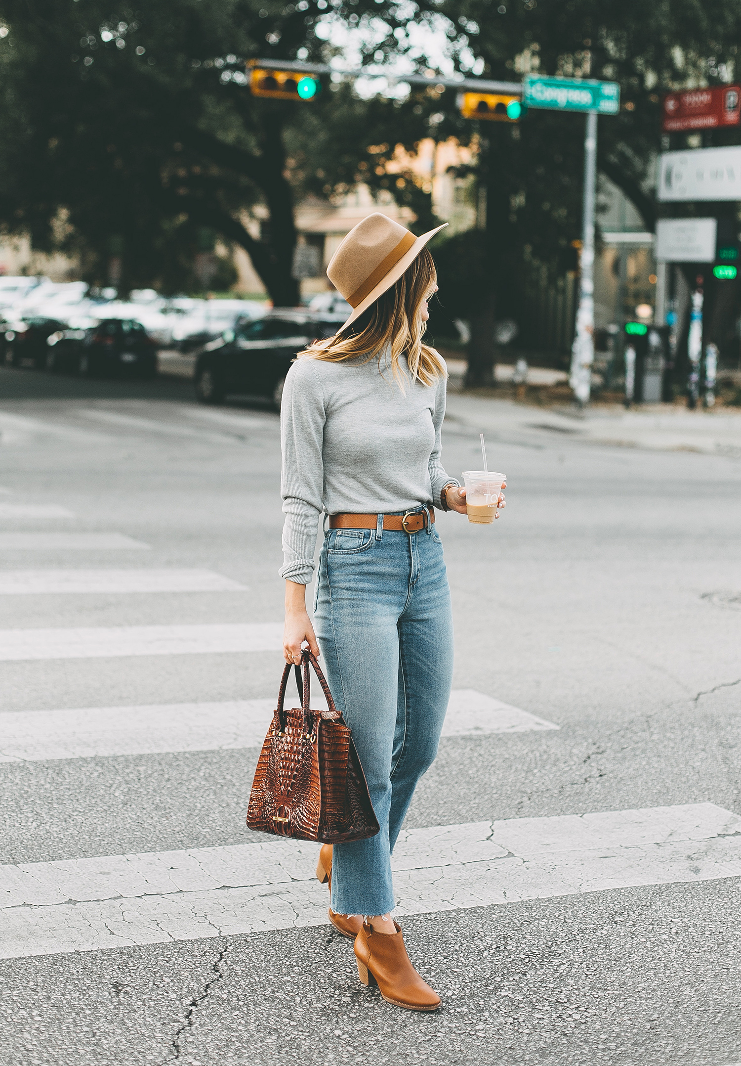 livvyland-blog-olivia-watson-south-congress-avenue-austin-texas-fashion-life-style-blogger-bdg-high-waist-crop-flare-jeans-3