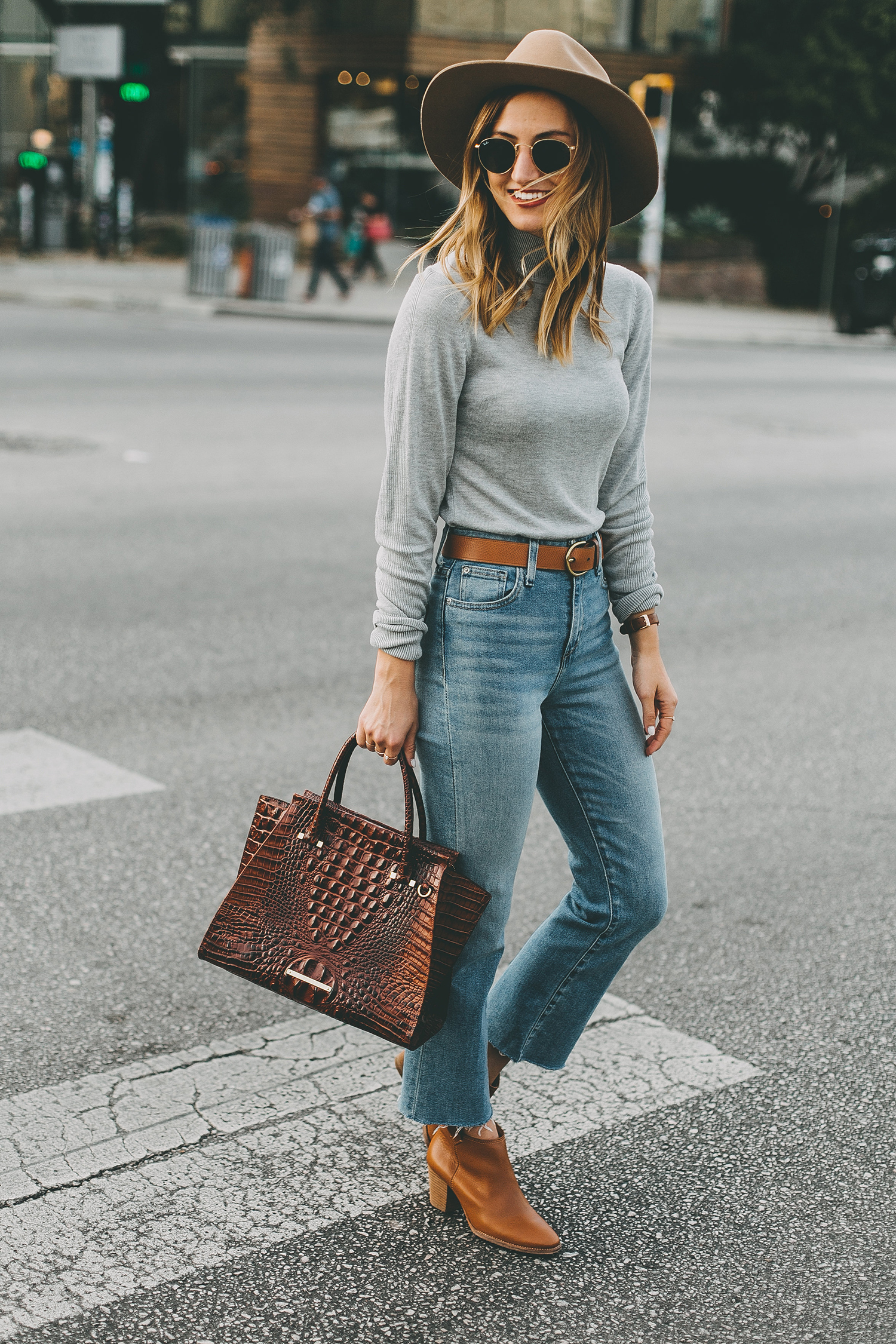 livvyland-blog-olivia-watson-south-congress-avenue-austin-texas-fashion-life-style-blogger-bdg-high-waist-crop-flare-jeans-7