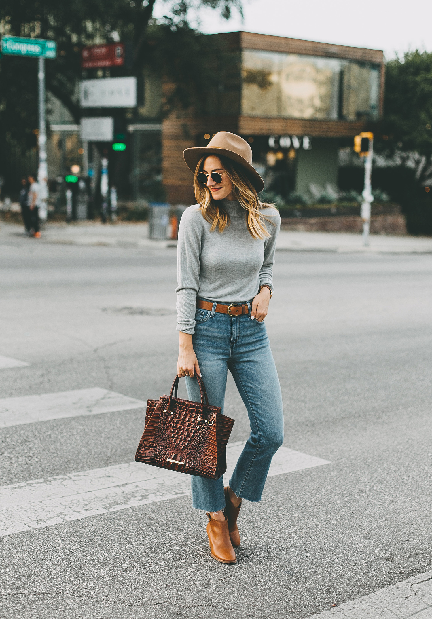 livvyland-blog-olivia-watson-south-congress-avenue-austin-texas-fashion-life-style-blogger-bdg-high-waist-crop-flare-jeans-8