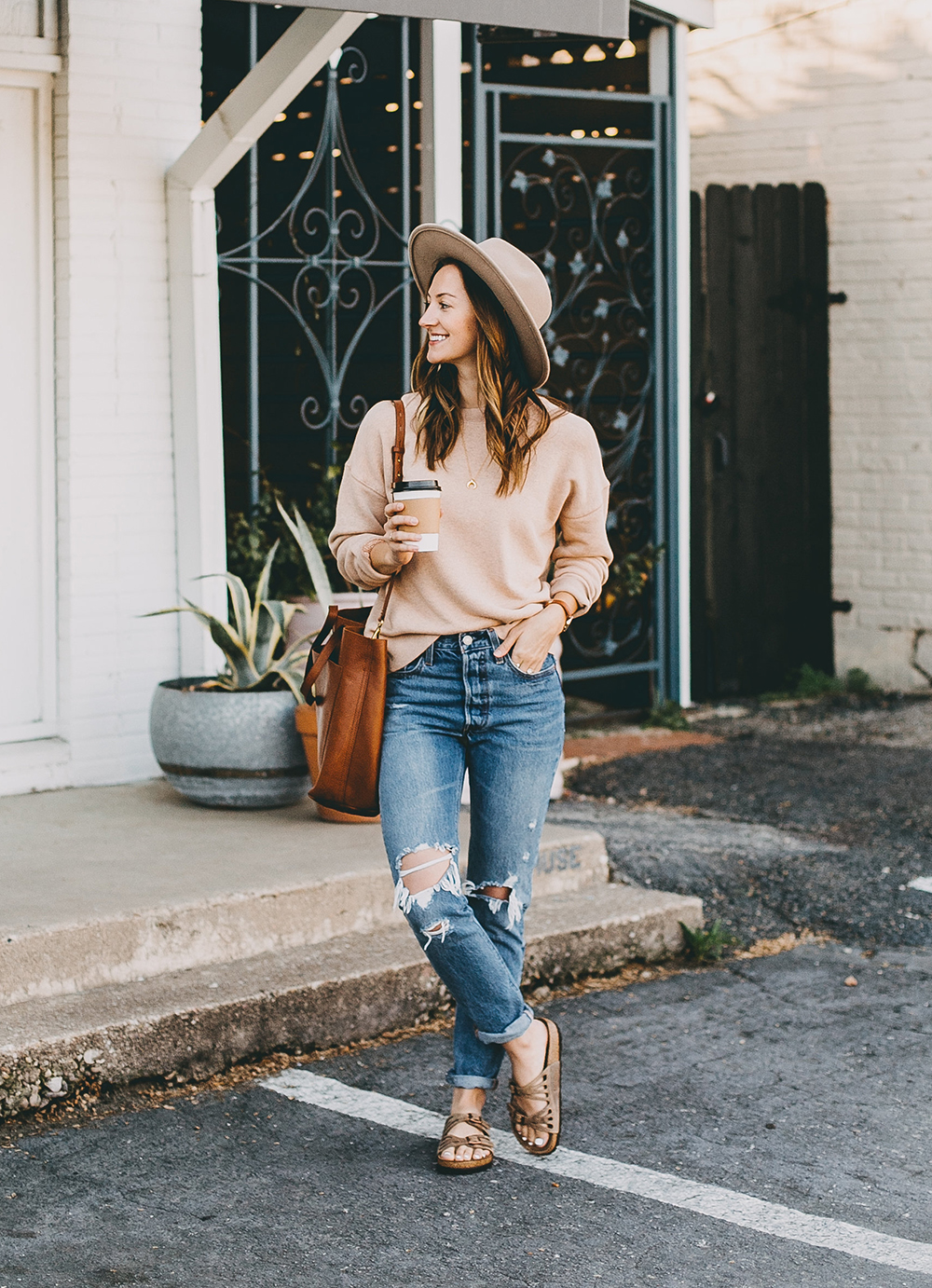 livvyland-blog-olivia-watson-austin-texas-fashion-blogger-madewell-peach-sweatshirt-medium-transport-tote-levis-501-jeans-4