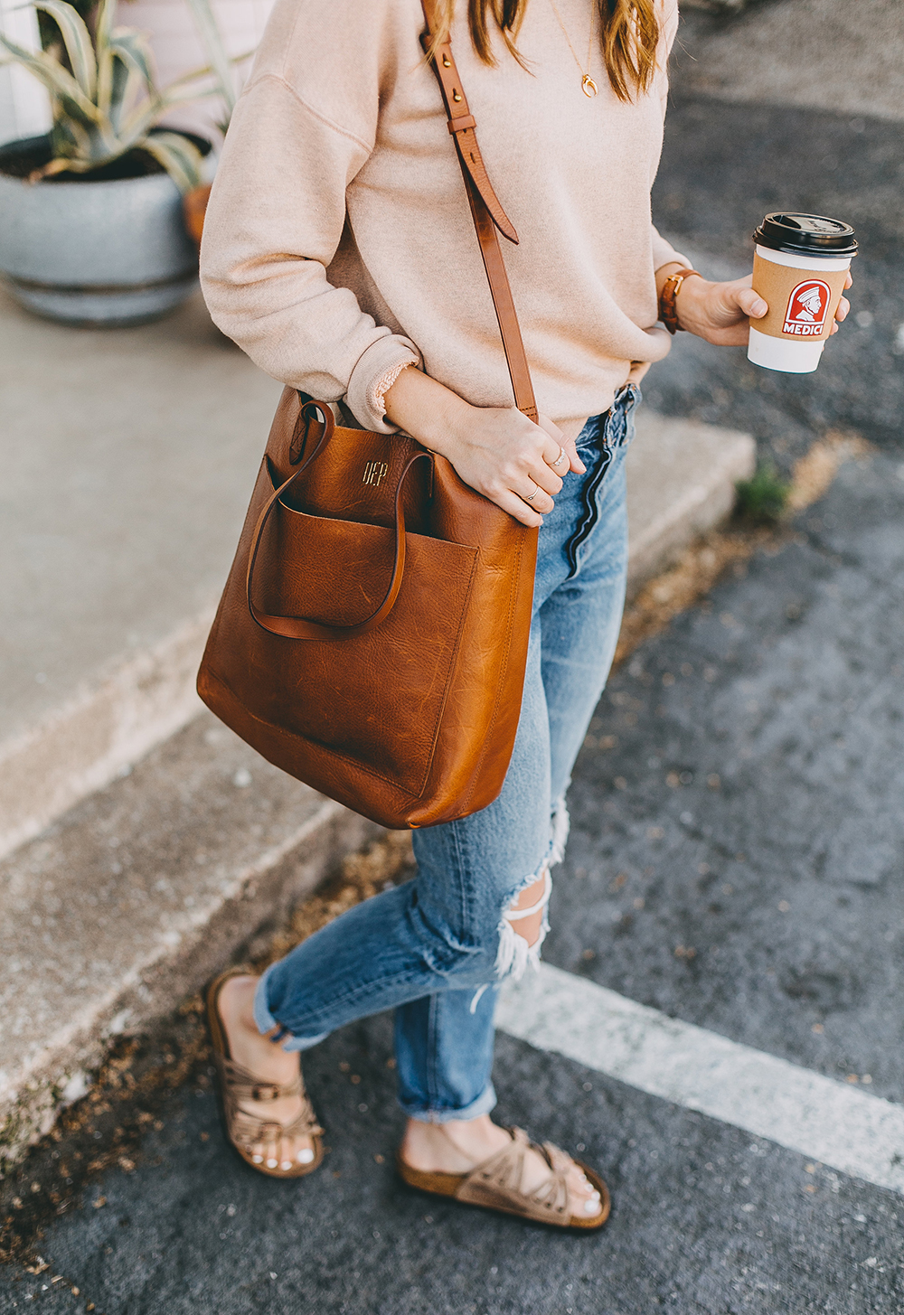 livvyland-blog-olivia-watson-austin-texas-fashion-blogger-madewell-peach-sweatshirt-medium-transport-tote-levis-501-jeans-6