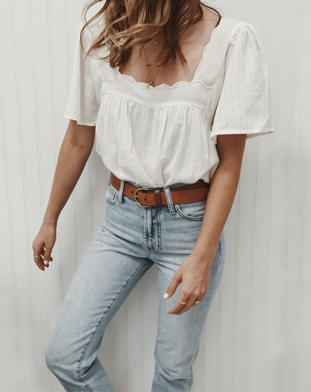 livvyland-blog-olivia-watson-white-scalloped-top-tucked-in-high-rise-jeans-brown-belt-sezane-outfit-classic