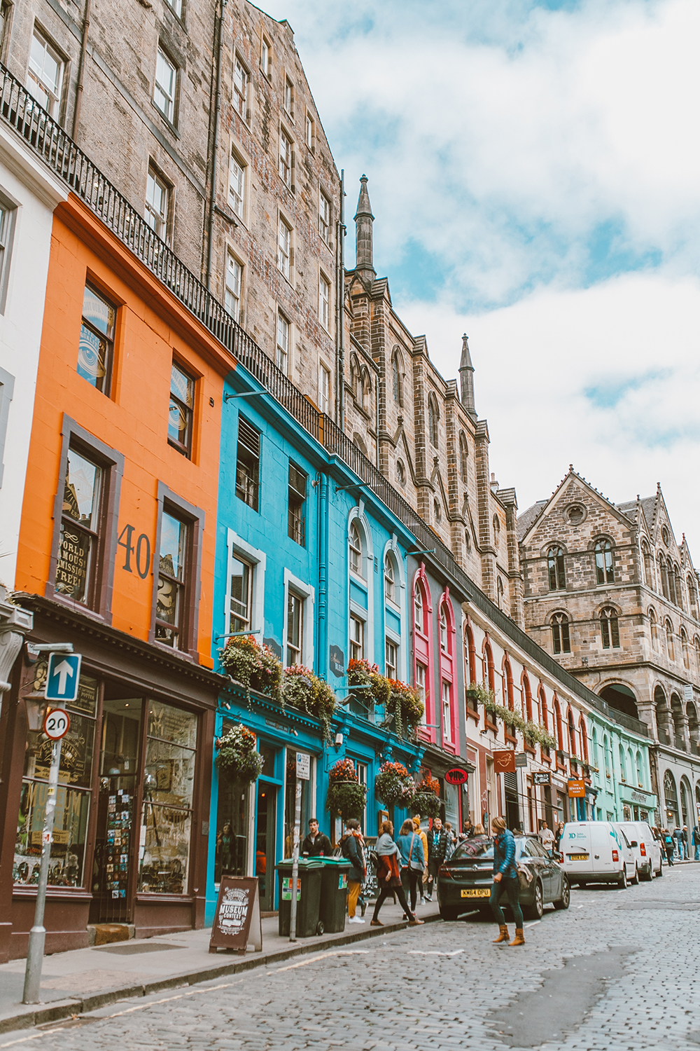 livvyland-blog-olivia-watson-things-to-do-edinburgh-scotland-day-trip-victorias-street-colorful-alleyway-2