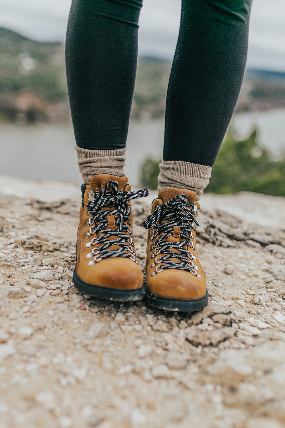 livvyland-blog-olivia-watson-austin-texas-fashion-lifestyle-blogger-sorel-ainsley-weatherproof-boots-winter-hike-mount-bonnell-
