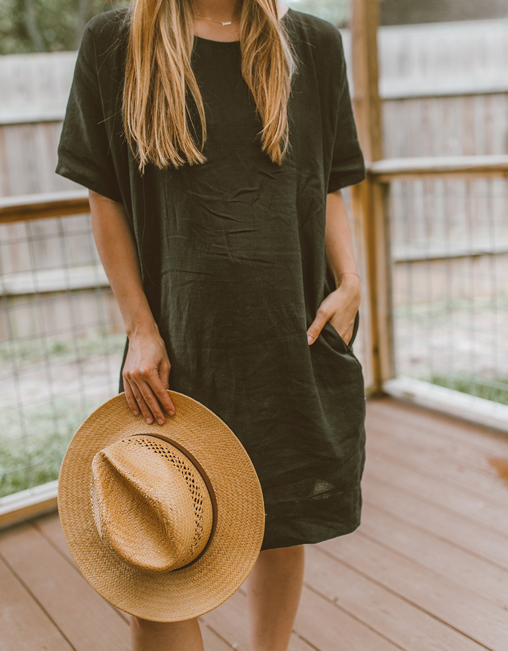 livvyland-blog-olivia-watson-linen-shift-dress-eileen-fisher-organic-handkerchief-boxy-dress-austin-texas-patio-pregnancy-summer-outfit-10