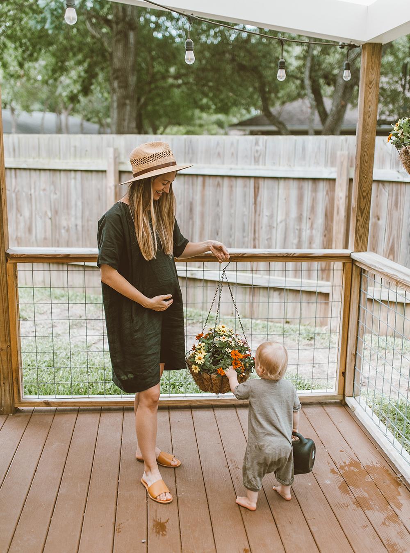 livvyland-blog-olivia-watson-linen-shift-dress-eileen-fisher-organic-handkerchief-boxy-dress-austin-texas-patio-pregnancy-summer-outfit-3