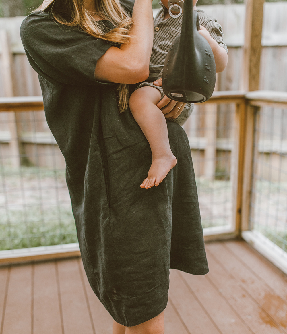 livvyland-blog-olivia-watson-linen-shift-dress-eileen-fisher-organic-handkerchief-boxy-dress-austin-texas-patio-pregnancy-summer-outfit-9