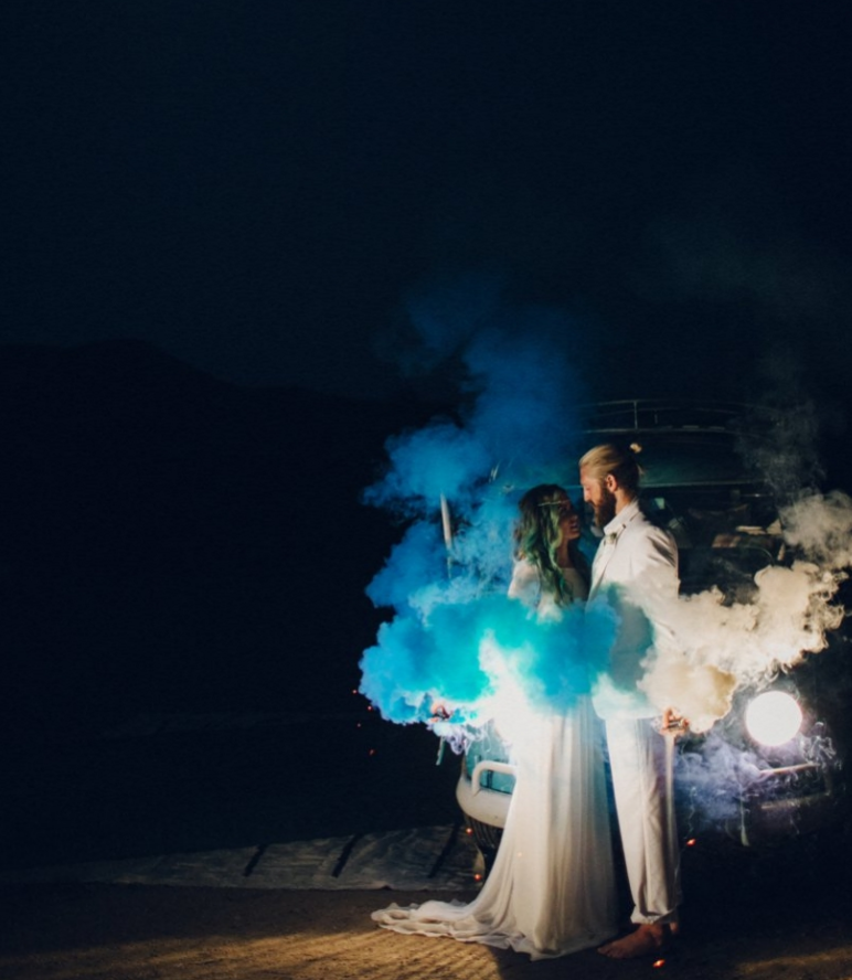 10 Practical Ways to Pull Off Those Color Smoke Bombs in Your Wedding Photos