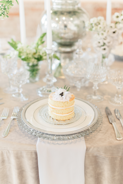 Modern and Romantic Wedding Inspiration Filled With Greenery, greenery pantone, greenery wedding inspiration, mini cake