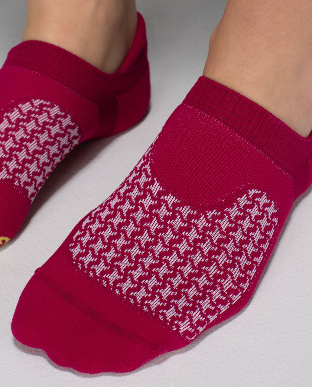 Lululemon Women's Ultimate No Show Run Sock *Ergo Toes - Houndstooth Bumble Berry