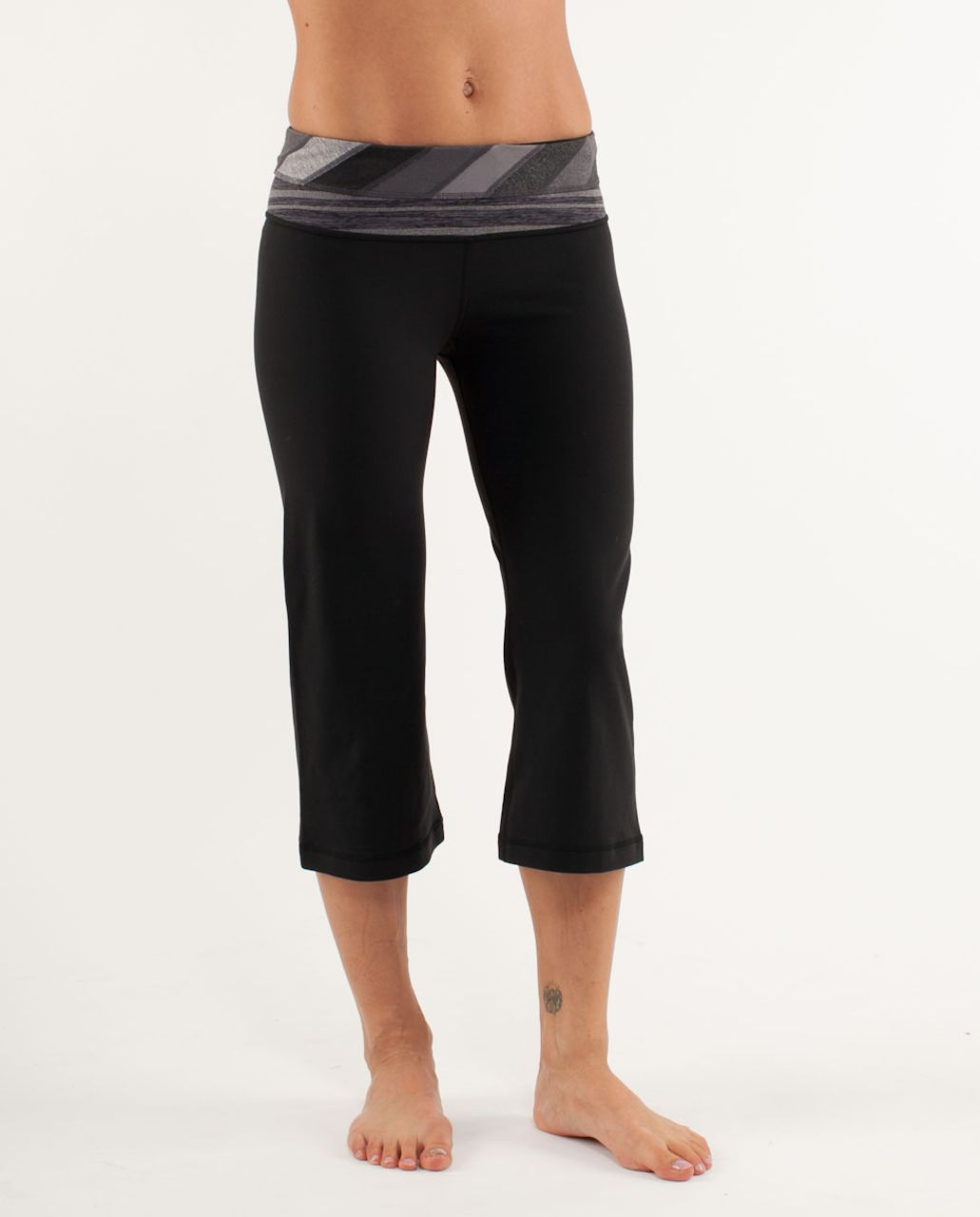 Lululemon Groove Crop - Black /  Quilt 16